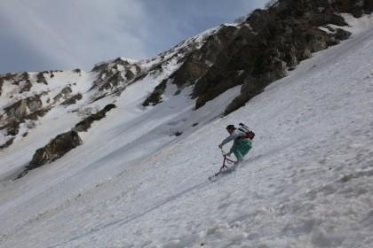大雪渓の杓子岳直下を滑る組長